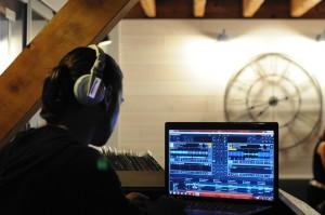 cabine-DJ-mixage-ecran-EMOXQTB0021